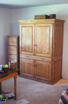 Merveilleux At First Glance, This Hutch Made In Solid Oak With A Crown Molding Top Has  The Appearance Of An Armoire. The Raised Panels Construction Of The Door  Panels ...